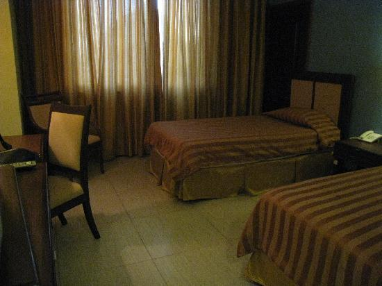 The Royal Mandaya Hotel: Hotel room looks creepy with the yellow lights