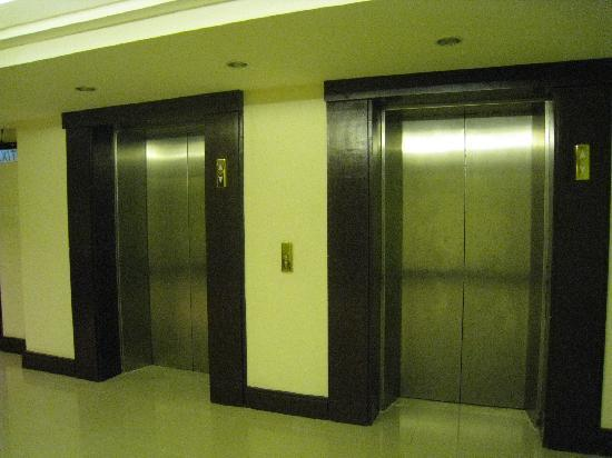 The Royal Mandaya Hotel: Elevator