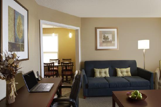 Travelodge Oshawa Whitby : One bedroom kitchenette suite