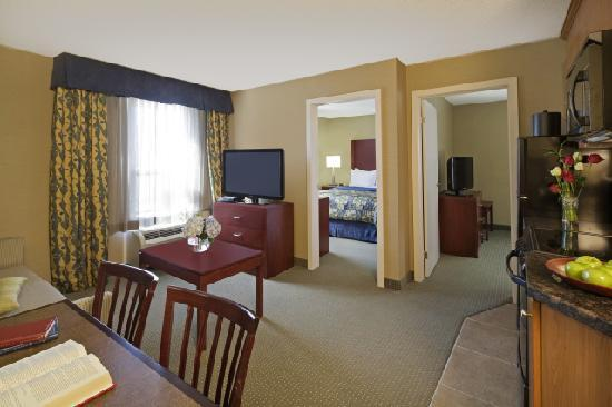Travelodge Oshawa Whitby: 2 bedroom kitchenette suite