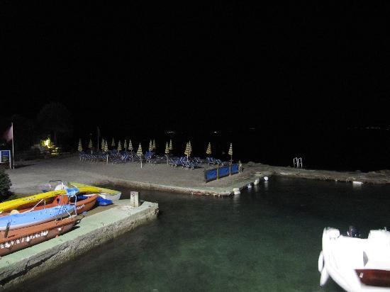"""Porto Santo Stefano, Italië: Blick nachts auf den """"Hotel-Strand"""""""