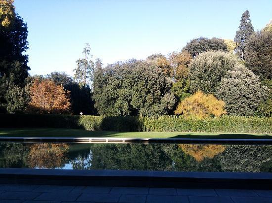 Four Seasons Hotel Firenze: Des besprochene Pool bei herbstlichem Wetter. Wunderbar geschmackvoll.