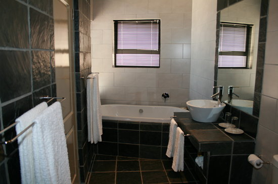Simonstown Guest House: Luxury Suite Bathroom - our only suite with a bath - this overlooks the ocean too