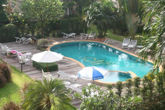 Makathanee Resort: Pathway and swimming pool