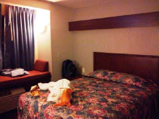 Super 8 Overland Park KC Area Near Convention Center: bedroom