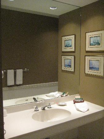 Steamboat Inn: Bathroom vanity and toiletries