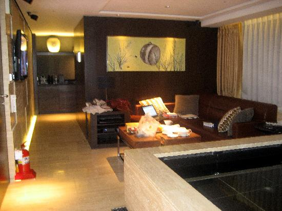 Banyan Tree Club & Spa Seoul : sitting area of deluxe suite (bedroom is around the corner past the coffee nook)