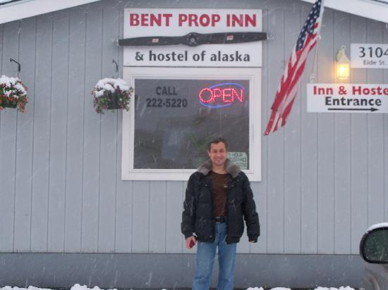 Bent Prop Inn & Hostel of Alaska: in front of the inn