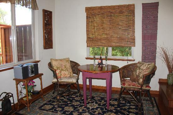 Aloha Cottage: The eating table