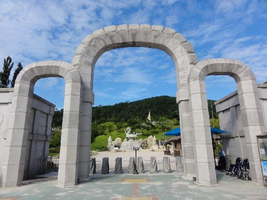 Gyeongju, South Korea: Gates entering the park.