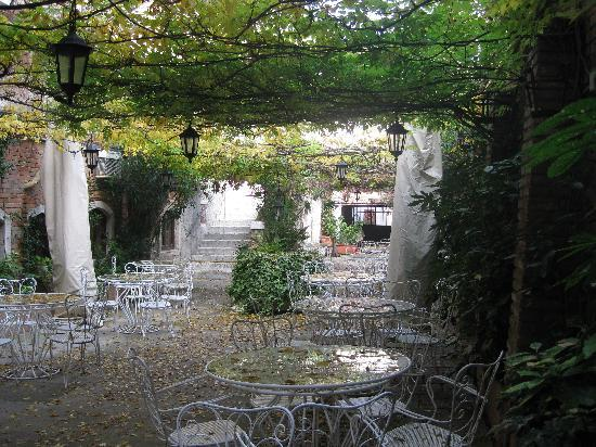 Hotel Al Sole: Courtyard