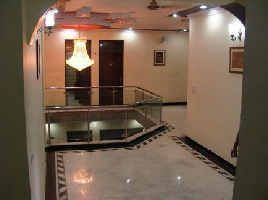 Hotel Agra Mahal: Corridor