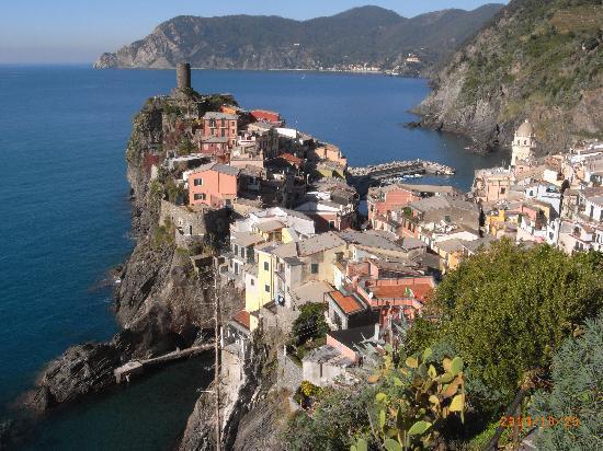 Cinque Terre, Włochy: 崖上から見たヴェルナッツァ村