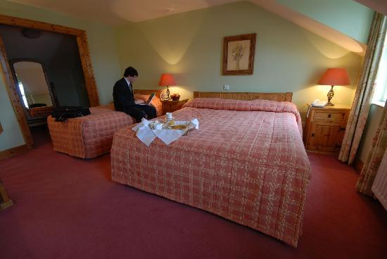 Walsh's Hotel: Breakfast is our Beautiful Triple Bedroom