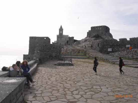 Porto Venere, Italia: バスを降りてすぐに見えてくるサン・ピエトロ教会と城