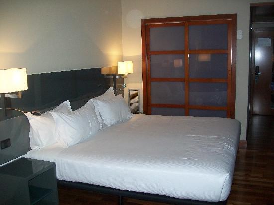 AC Hotel Avenida de America by Marriott: cama enorme