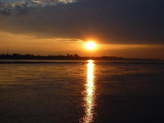 Vientian, Laos: メコン川のサンセット