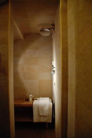Mangiare Bere Uomo Donna: Spacious private bathroom