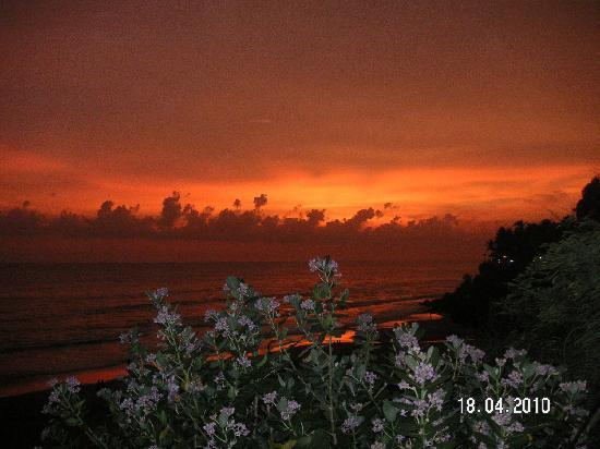 Varkala, อินเดีย: Fire in the sky, keep your heart calm...If you can Try YOGA