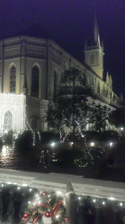 ไชมส์: 門の前から撮った画像。 教会の面影がしっかりあります