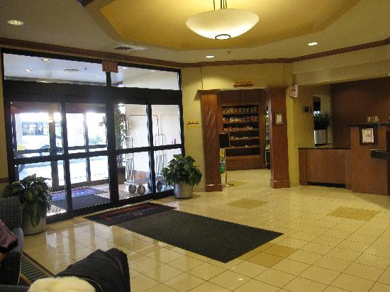 SpringHill Suites Newark Liberty International Airport: Entrance and small 'market' shop