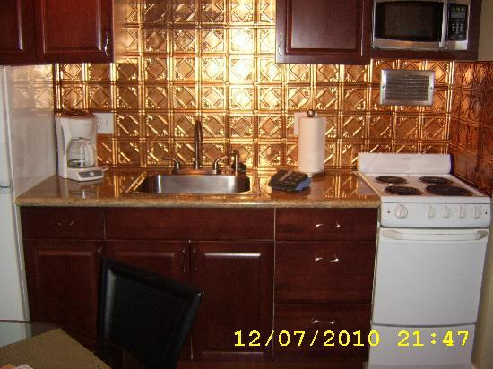 Marine Surf Waikiki: Full kitchen with all you need - new countertops too
