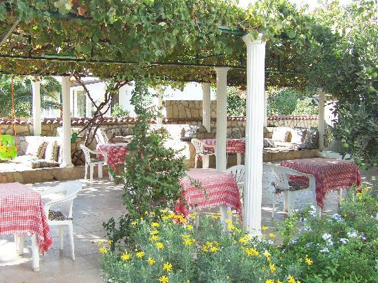 Mehtap Hotel Dalyan: Outside eating and seating area