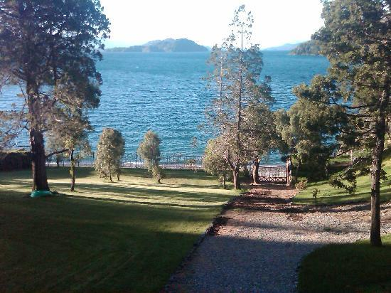 Charming Luxury Lodge & Private Spa: lake view