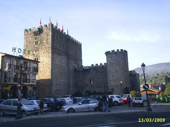Hostería El Bodegón de Gredos: Fachada, castillo, aparcamiento.