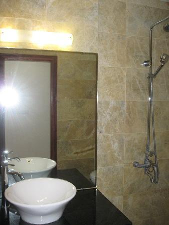 Central Backpackers Hostel: bathrooms