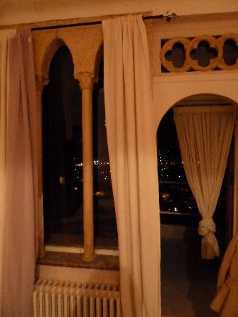 Hostellerie Les Remparts : Lilas Room - View out the window at night