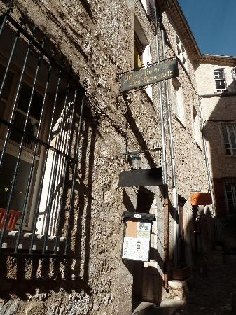 Hostellerie Les Remparts : View of the entry