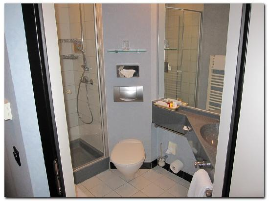 ARA Hotel Comfort - Ingolstadt : Good functional bathroom