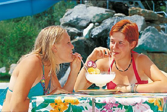 Hotel Vermoi: Eisessen an der Poolbar