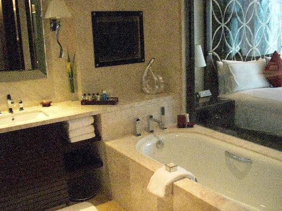 Fairmont Beijing : Bath with TV