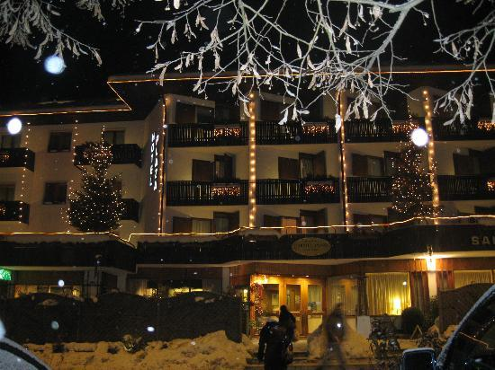Ponte Arche, Italy: l'hotel in notturna