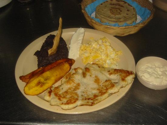 Comedor y Pupuseria Mary : grilled chicken