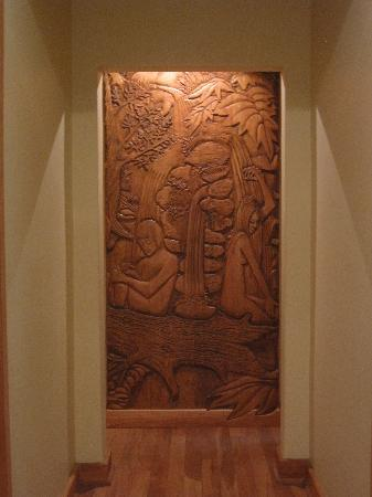 La Confluencia Lodge: Carving near bathrooms