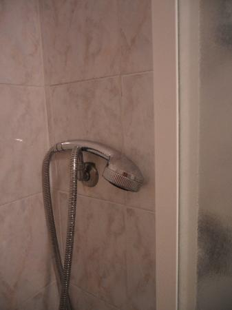 Roma Bed and Breakfast: shower head rests on the tap - you have to hold it and shower with one hand!!
