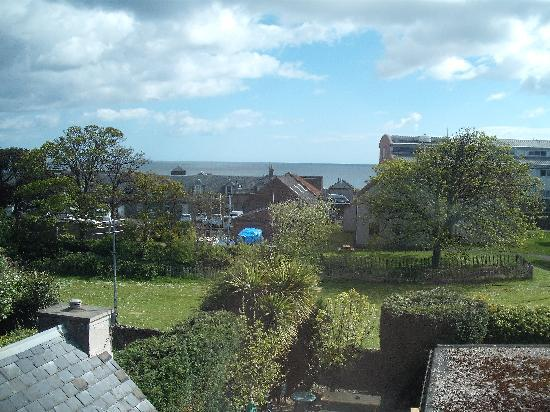 The New Inn St Andrews: The View from our room on top floor over St Andrews Bay