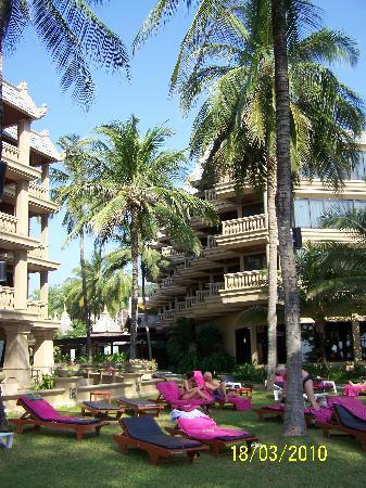 Kata Beach Spa Resort: Under the palms