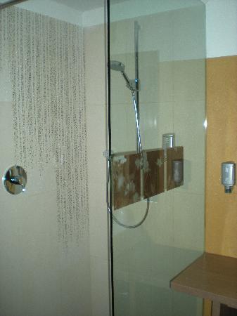 Alia Appart-Hotel: bagno supernuovo