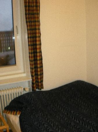 Ascot Apartments: small bedroom