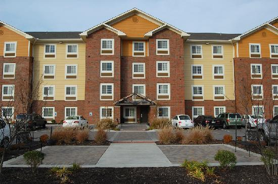 Suburban Extended Stay Lenexa: East side of the Suburban Inn, showing a sitting area