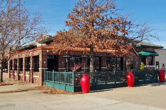 Benvenutis Restaurante : View of Benvenutis from the southeast corner; Main St to the left.