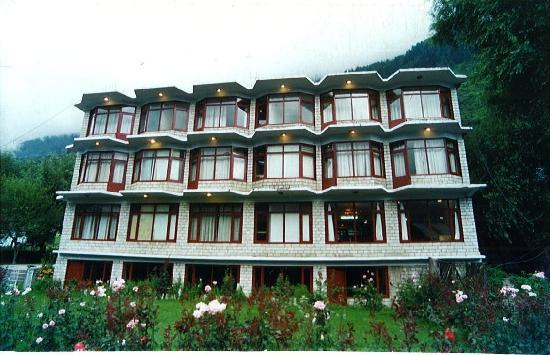 Hotel Classic : Classic Hotel admist Apple orchards