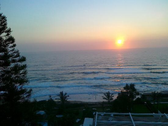 Cabana Beach Resort: Sonnenaufgang über dem Meer vor dem Hotel