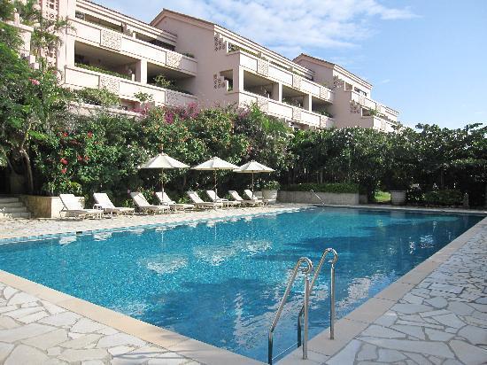 Shigira Bayside Suite Allamanda: プールサイド側から見上げたホテル