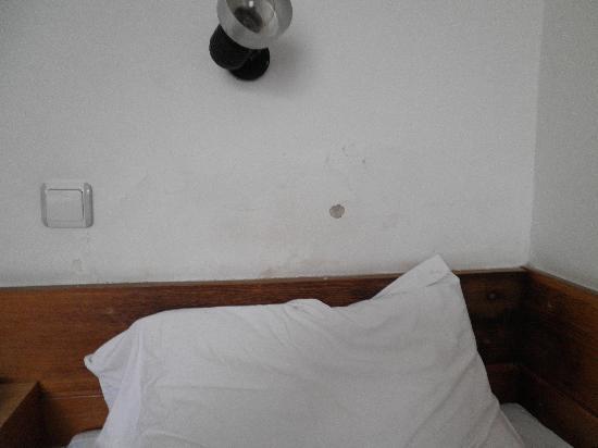 Royal Hotel: Il muro sopra il mio letto