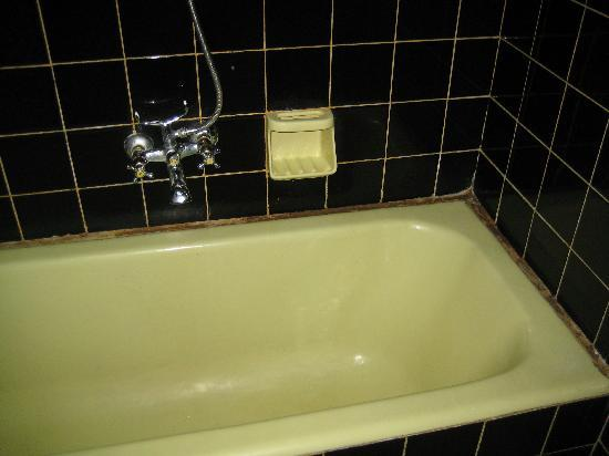 Isis Hotel: Bathtub in first room